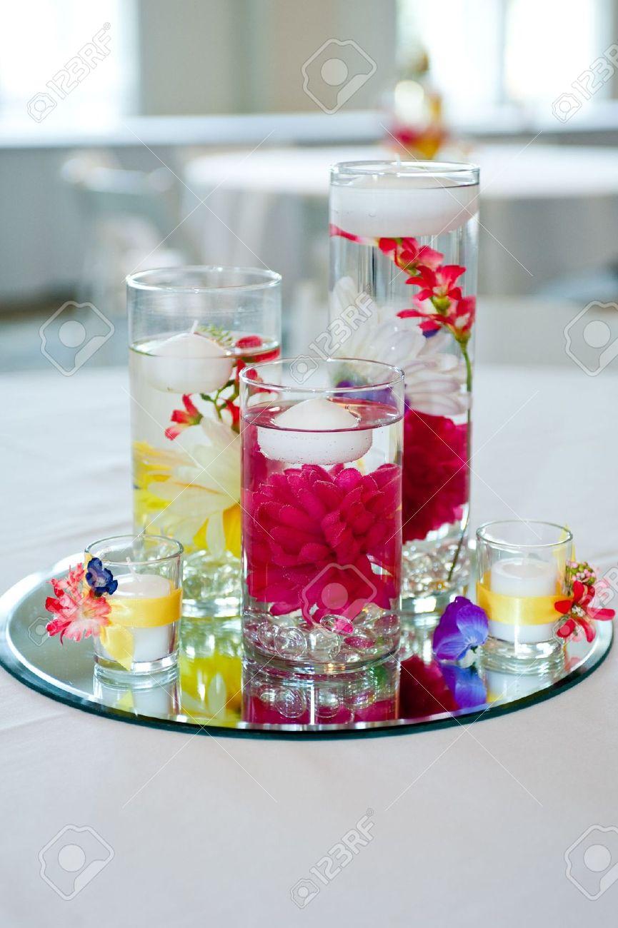 Hochzeit Herzstück Mit Schwimmende Kerzen Und Blumen Standard Bild   7009708