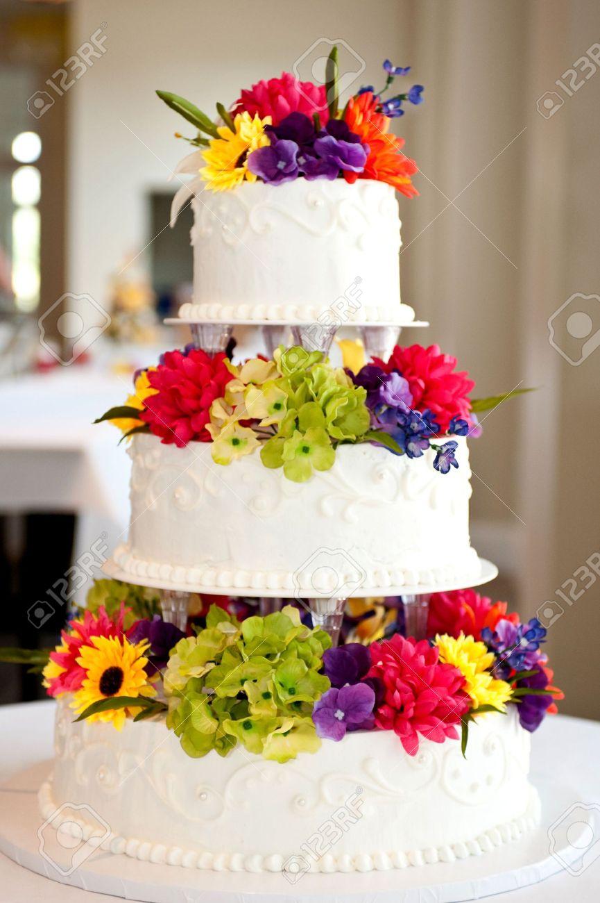 Gâteau De Mariage Avec Des Fleurs Sur Table