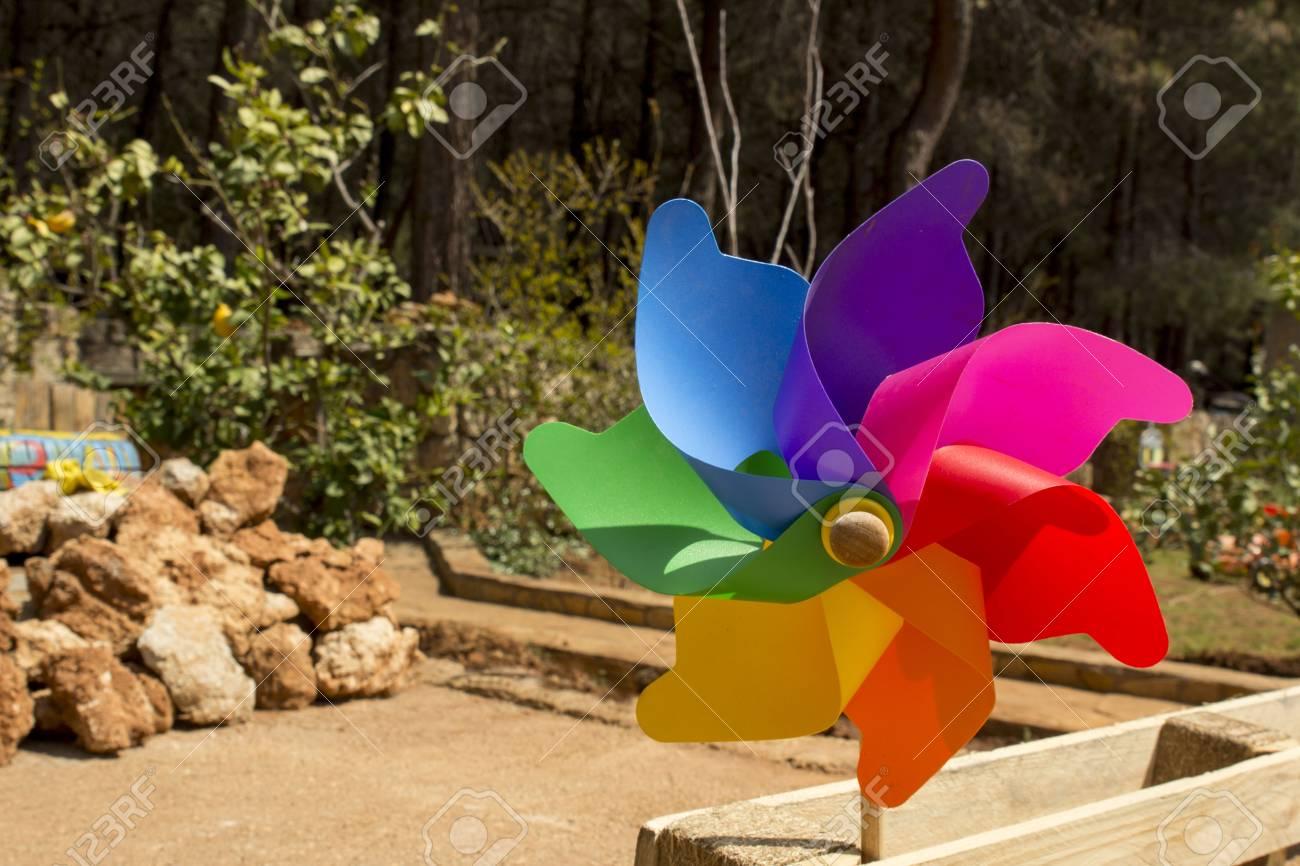 windmühle spielzeug, windrad im garten im freien lizenzfreie fotos