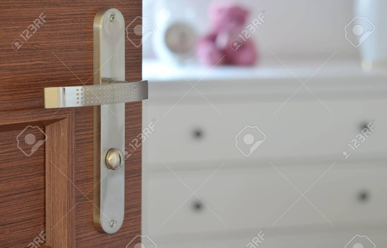 Vue de la porte ouverte en bois moderne avec du chrome métallique ...