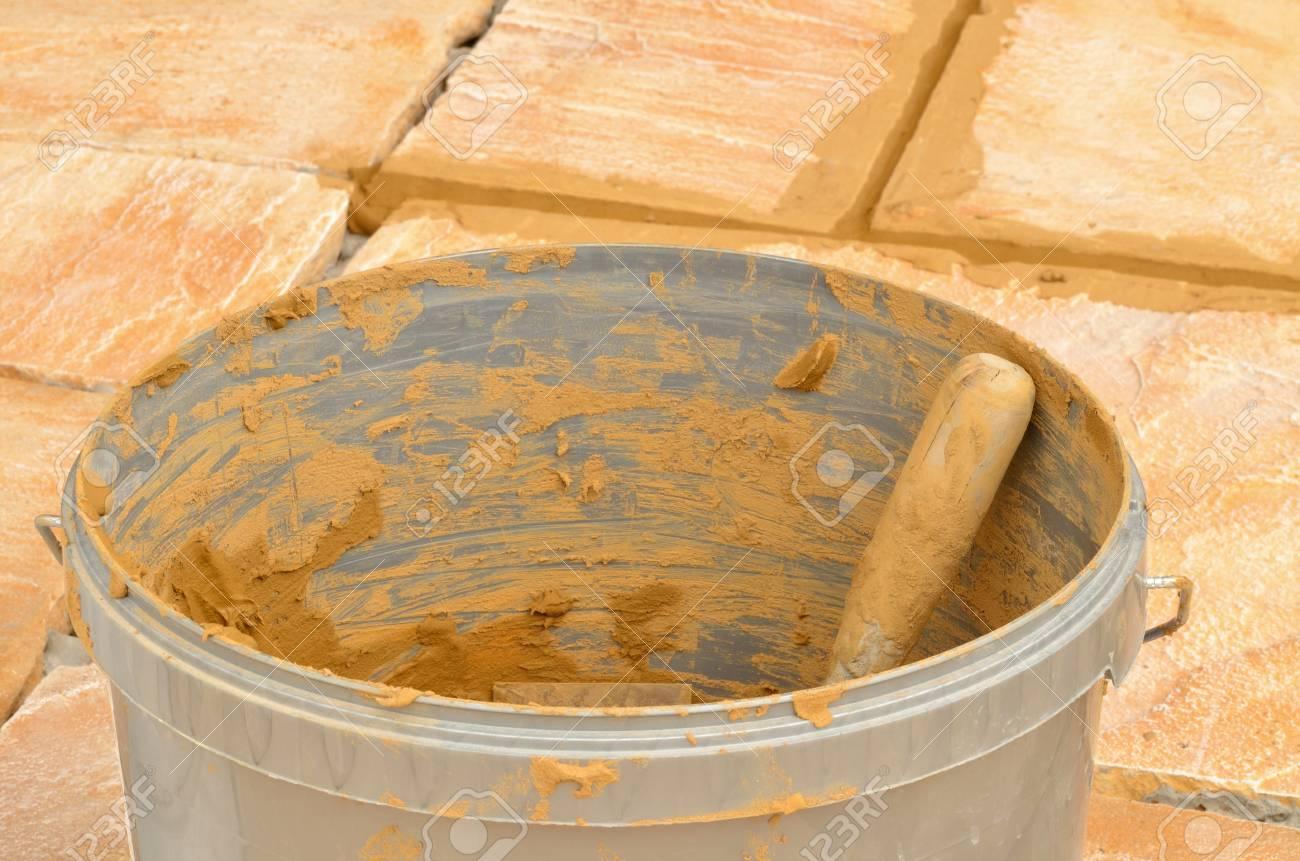Eimer Mit Mortel Auf Beton Im Freien Fliesen Sandstein Auf Der
