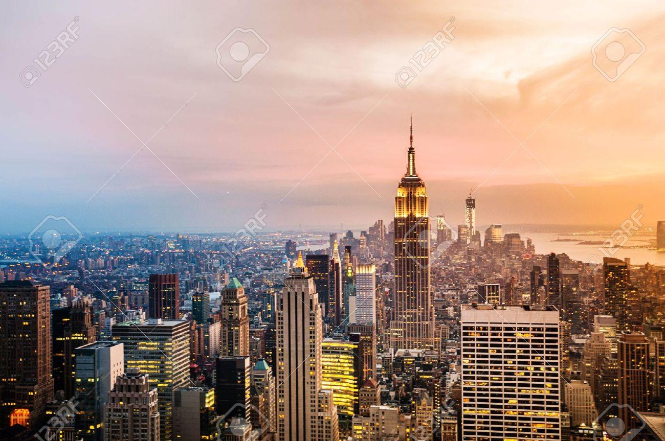 Attraktiv New York City Skyline Mit Städtischen Wolkenkratzer Bei Sonnenuntergang.  Standard Bild   17777672