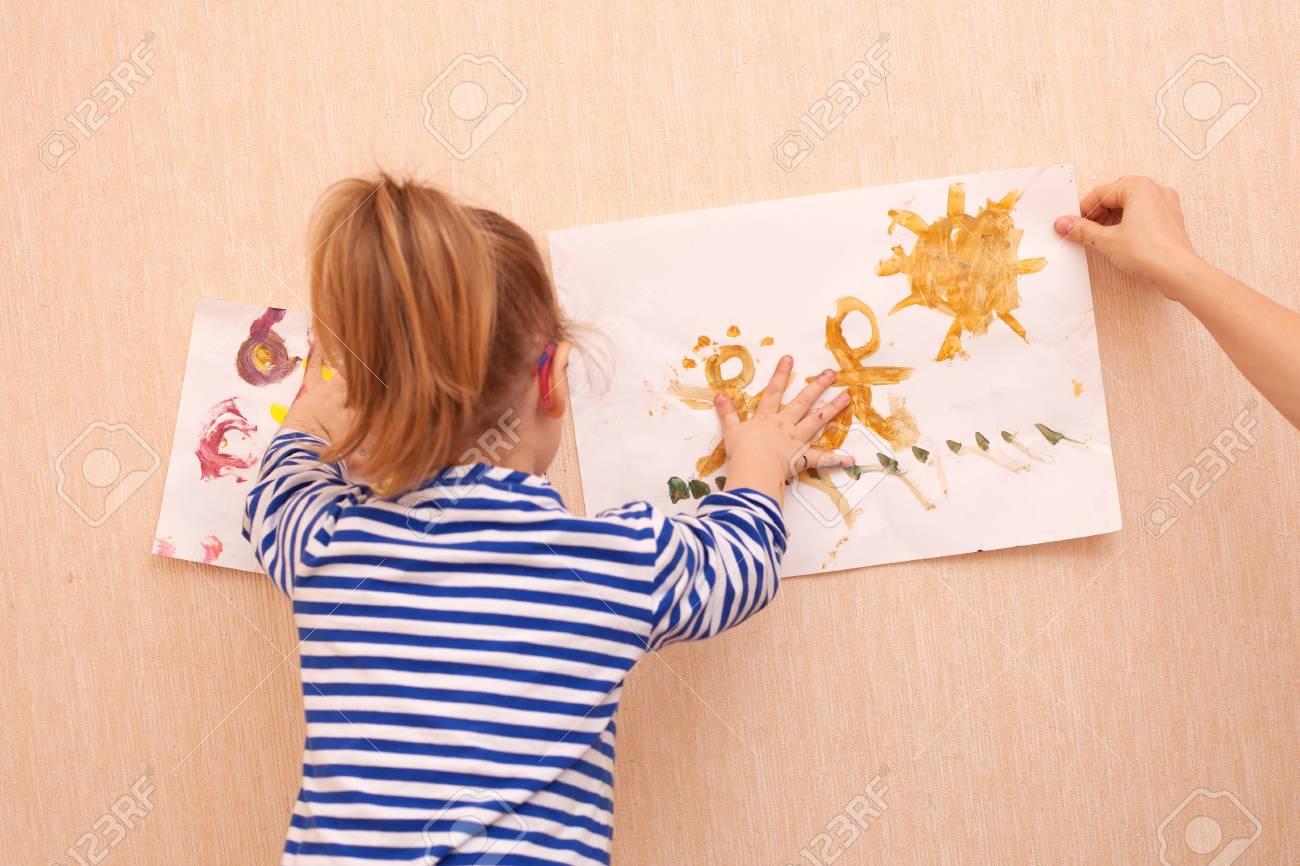 ママと娘は壁に絵を掛けるためにしようとしてください。 の写真素材 ...