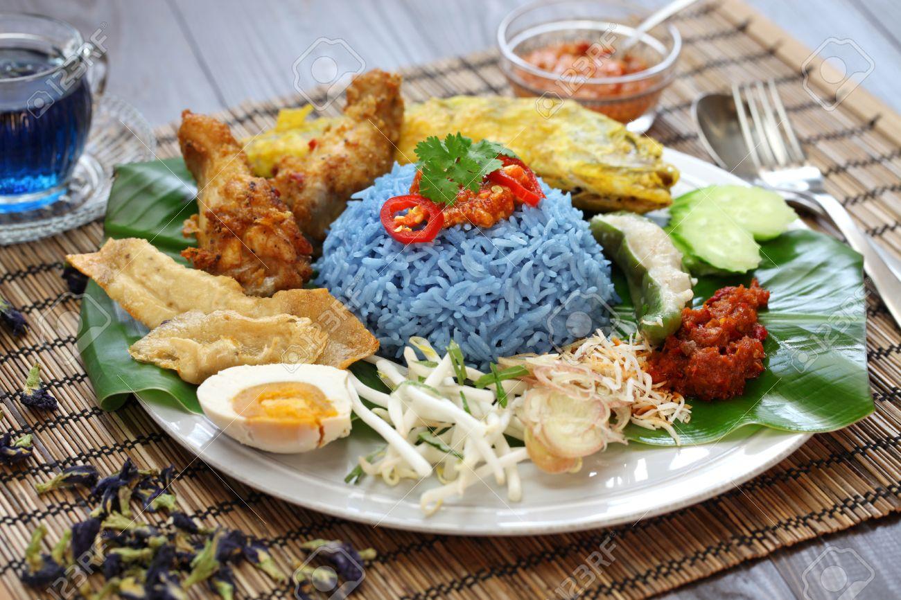 Nasi kerabu, blaue Farbe Reissalat, die malaysische Küche