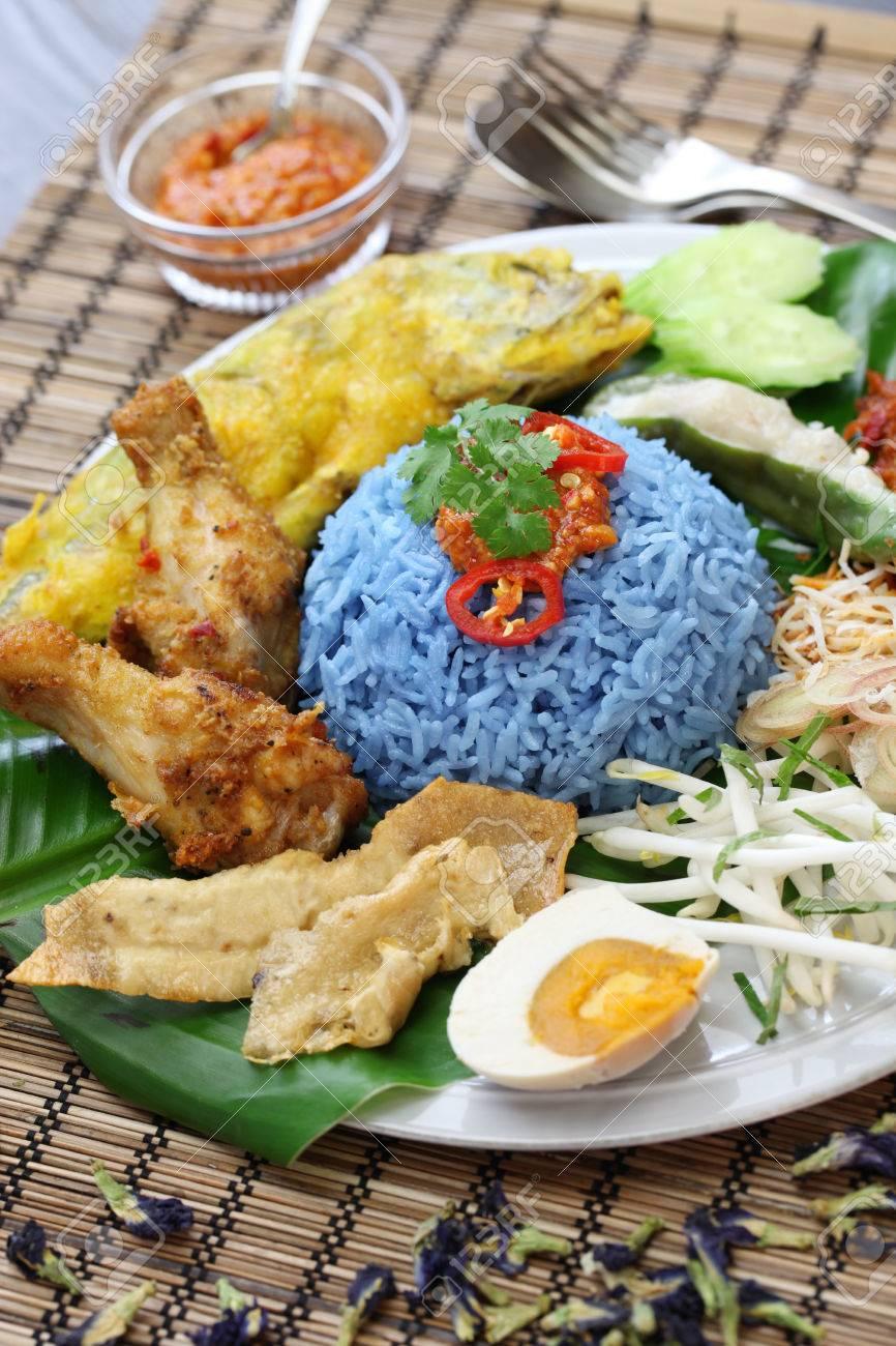 Malaysische Küche   Nasi Kerabu Blaue Farbe Reissalat Die Malaysische Kuche