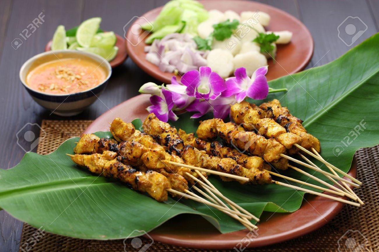 Chicken Satay, Sate Ayam Und Lontong Mit Erdnuss-Sauce, Indonesisch ...