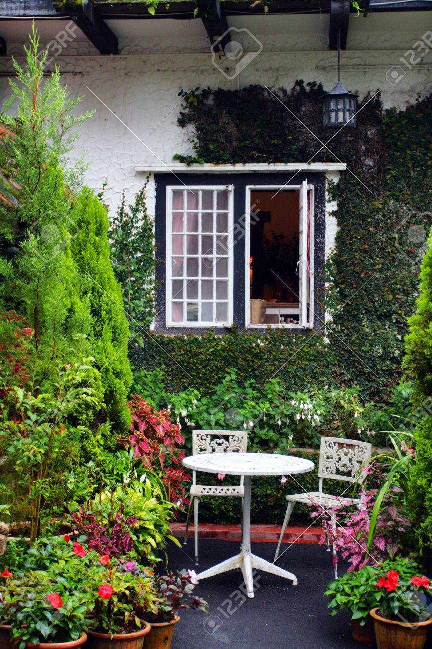 A traditional English cottage Stock Photo - 5536730