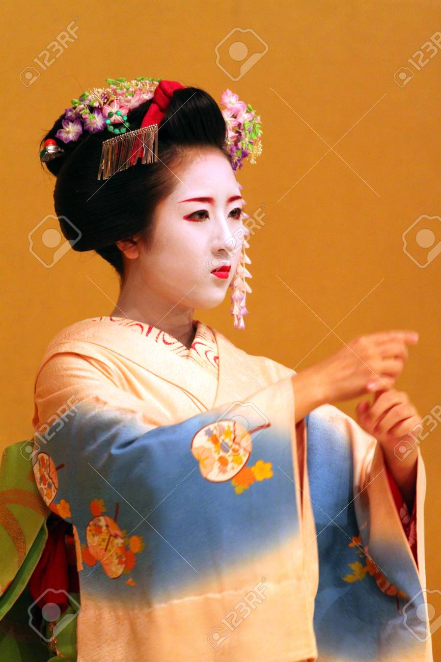 Maiko performing a kyo-mai dance  Stock Photo - 13776090