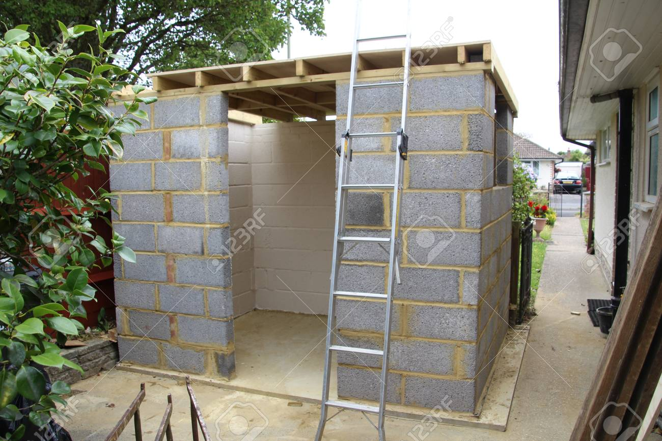 Abri De Jardin Composite construction of a garden shed made from concrete blocks.