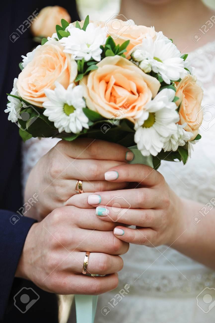 La Mariee Tenant Un Bouquet Fleurs De Mariage Mise Au Point Douce