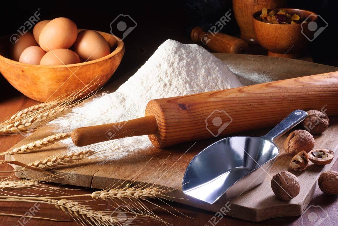Rouleau à p tisserie et de la farine sur un vieux bureau en bois