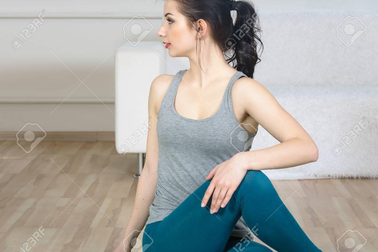 newest a6dc7 06273 Ragazza facendo esercizi di stretching. È vestita in abbigliamento  sportivo. Concetto: fitness, aerobica, la salute, stile di vita.