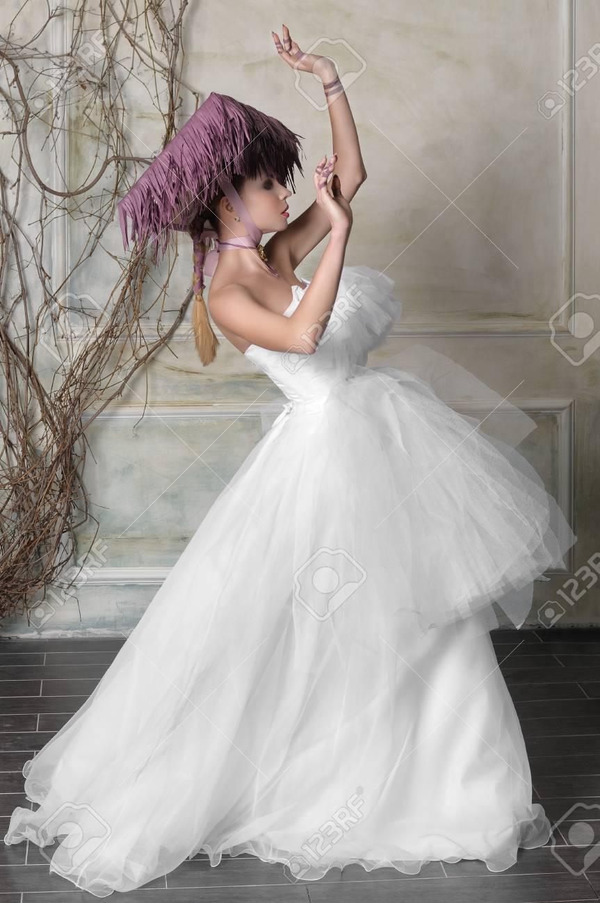 Concept Mode De Mariage Bride Danser La Danse Orientale Elle Est Vetue D Une Longue Robe Blanche Et Un Chapeau Violet
