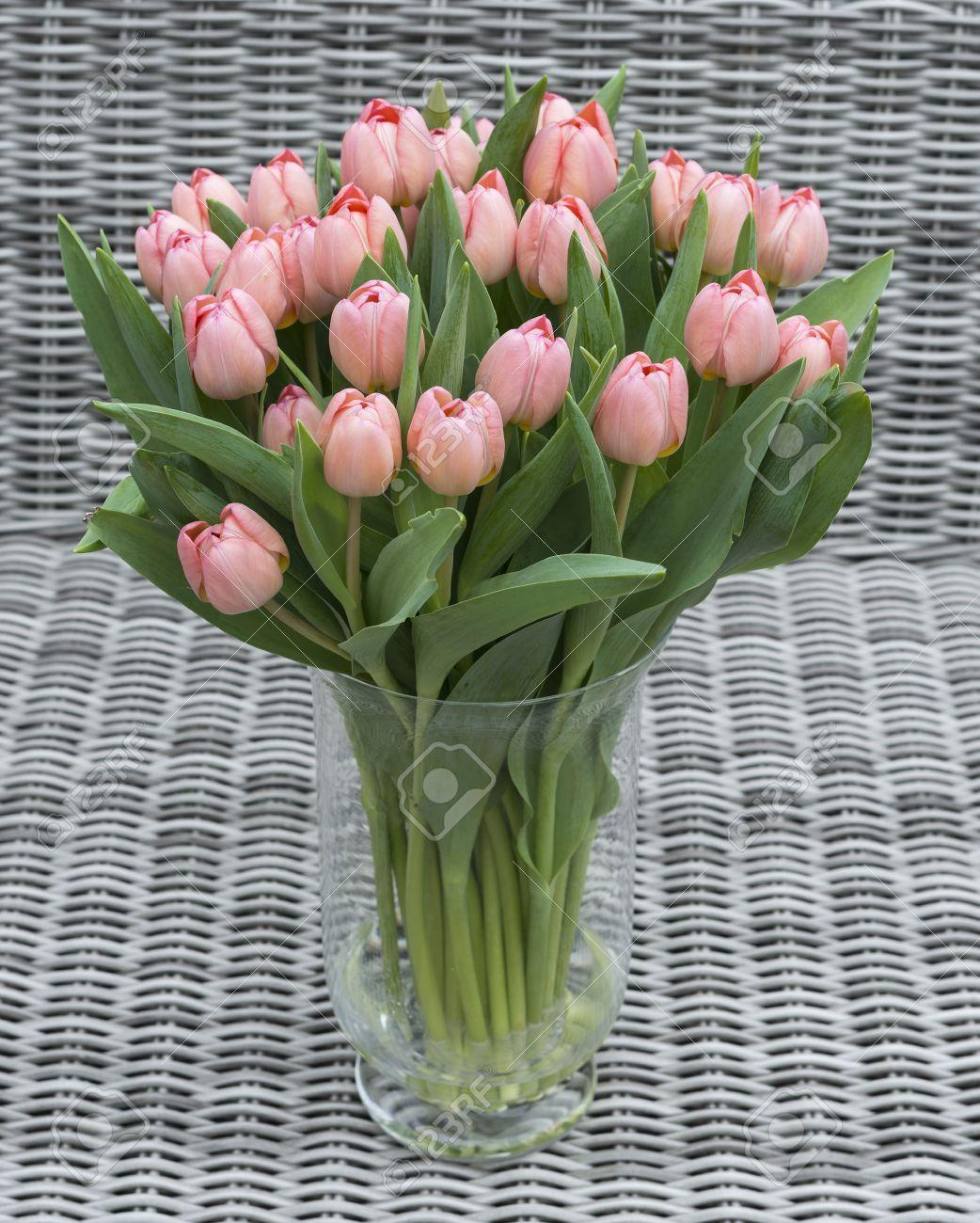 Vase Mit Rosa Tulpe Blumen Fur Muttertag Auf Bambus Hintergrund