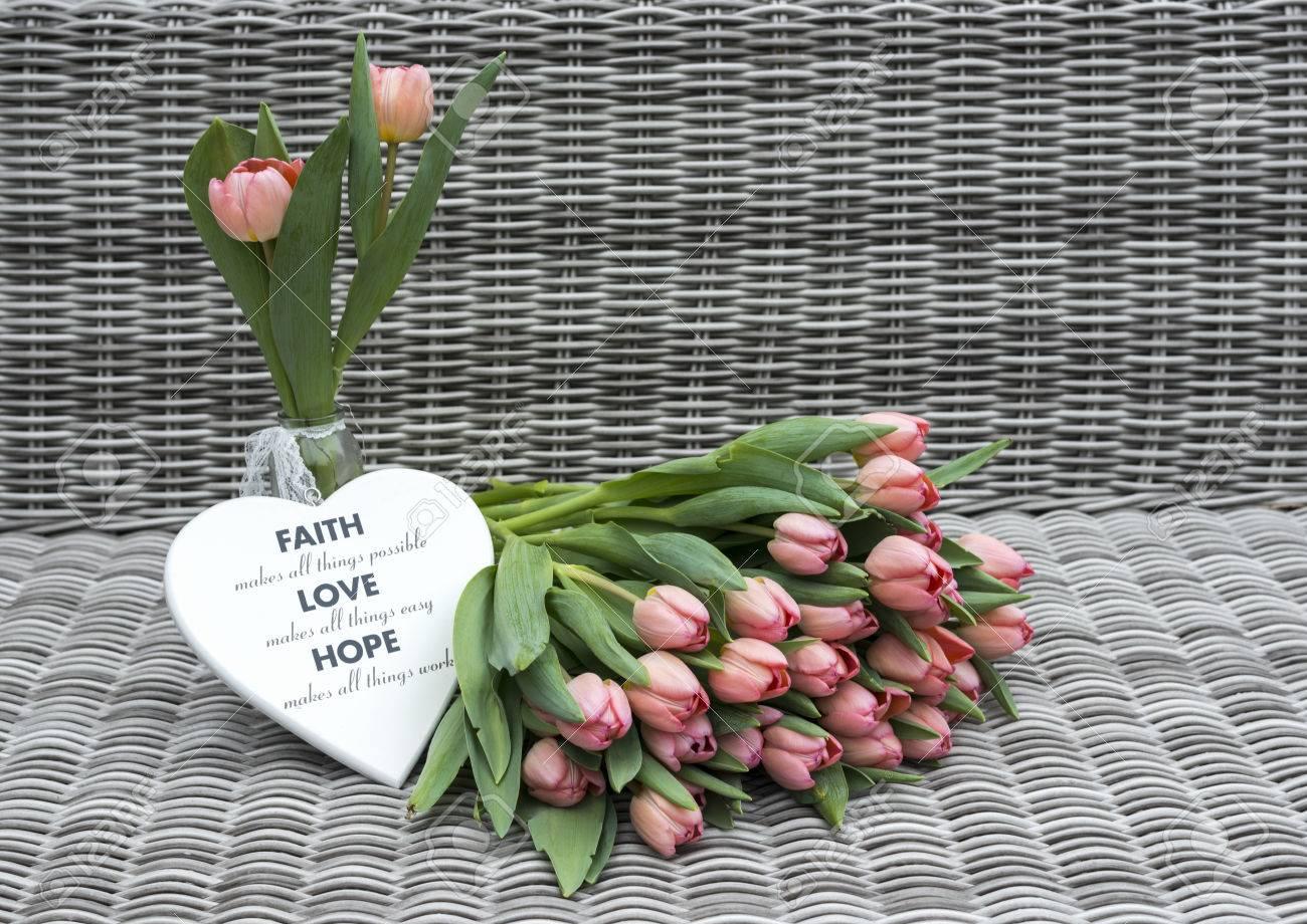 Vase Mit Rosa Tulpe Blumen Und Herz Shapes Fur Muttertag Auf Bambus