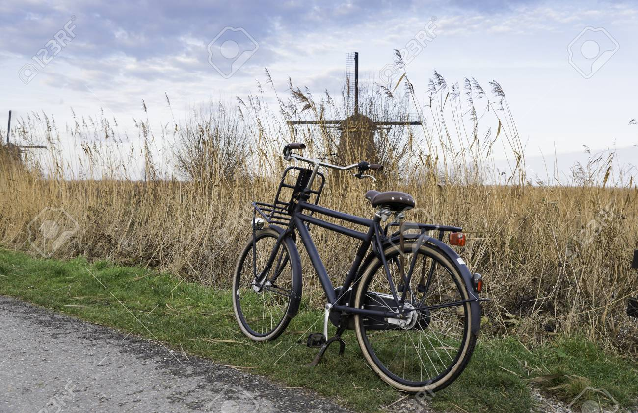 Bici Vecchia Tipo Nero Con Mulino A Vento Olandese Come Sfondo