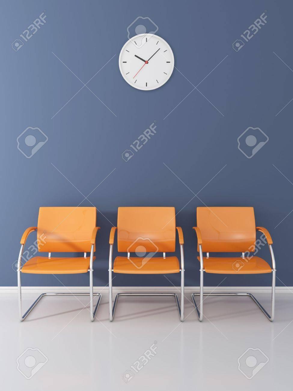 Eine Wanduhr Und 3 Orange Stühle Im Wartezimmer Lizenzfreie Fotos