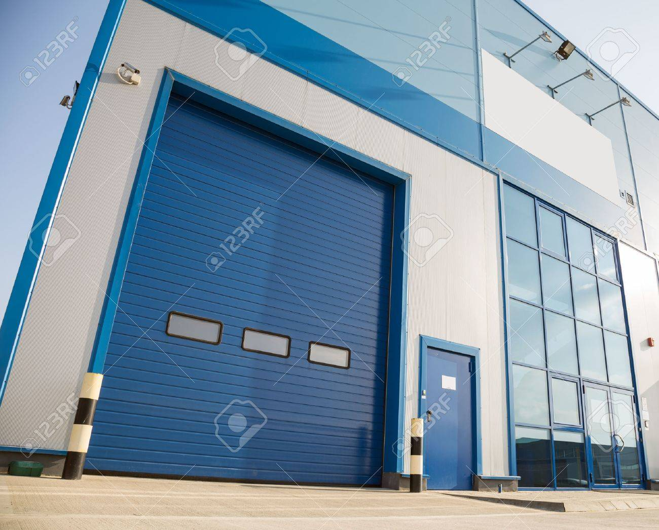 bâtiment industriel moderne avec grande porte de garage bleu banque