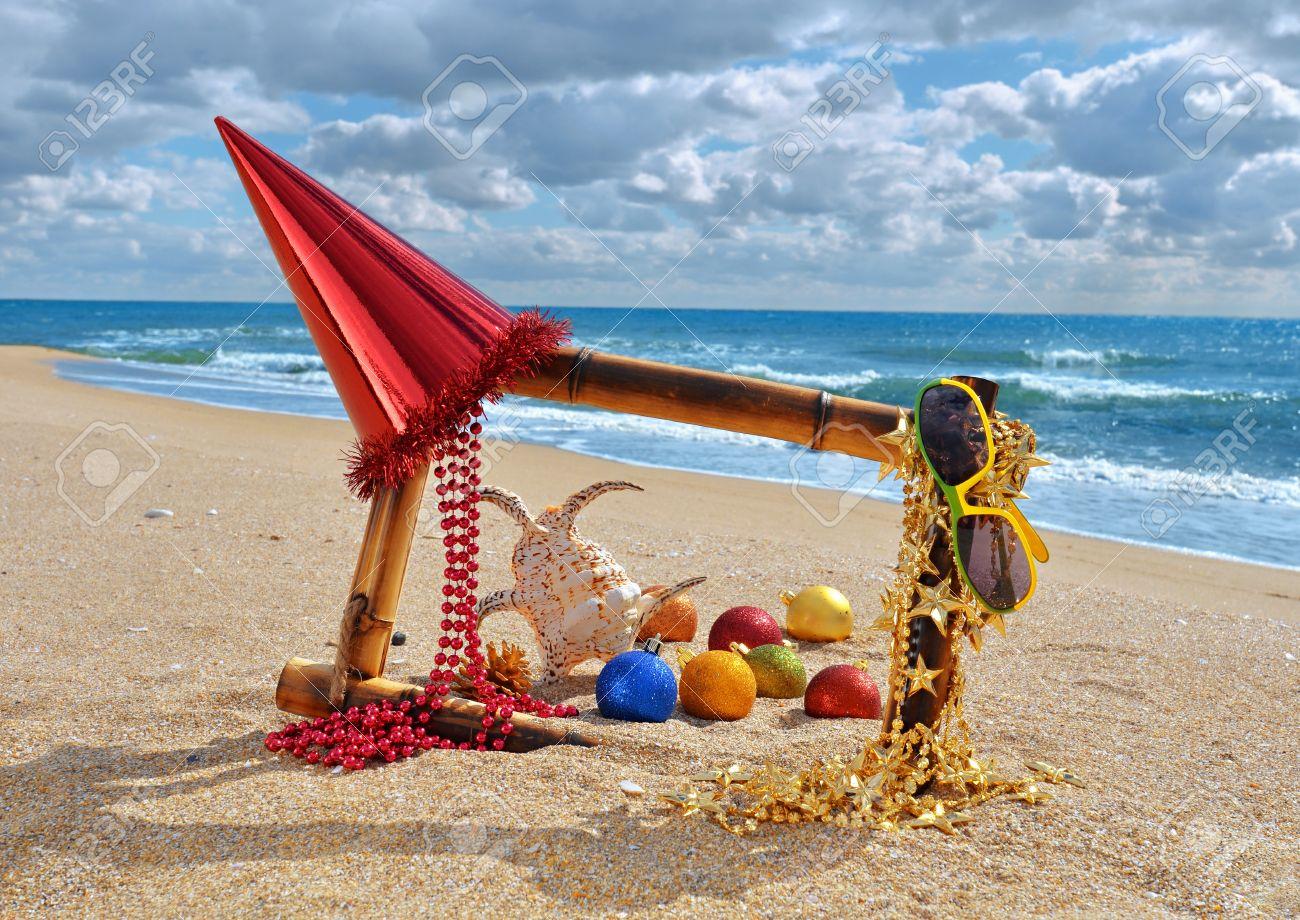 Marco De Bambú Con Adornos De Navidad En La Playa Contra El Mar Azul ...