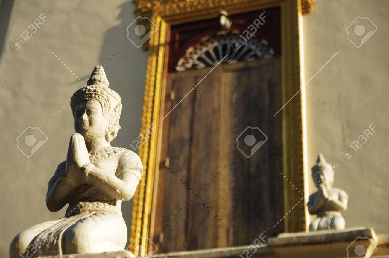 Zwei Buddha-Skulpturen Vor Einem Buddhistischen Tempel In Asien ...