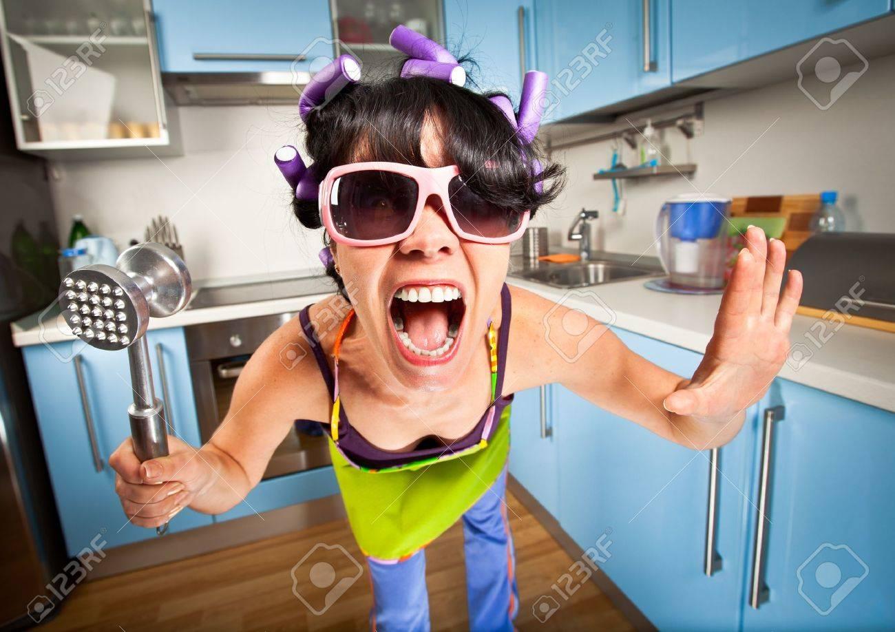 Фото девушка в халате на кухне 18 фотография