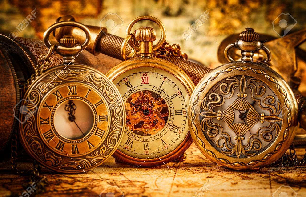 LFM2. CAPÍTULO 54 23561060-Reloj-de-bolsillo-antiguo-de-la-vendimia--Foto-de-archivo