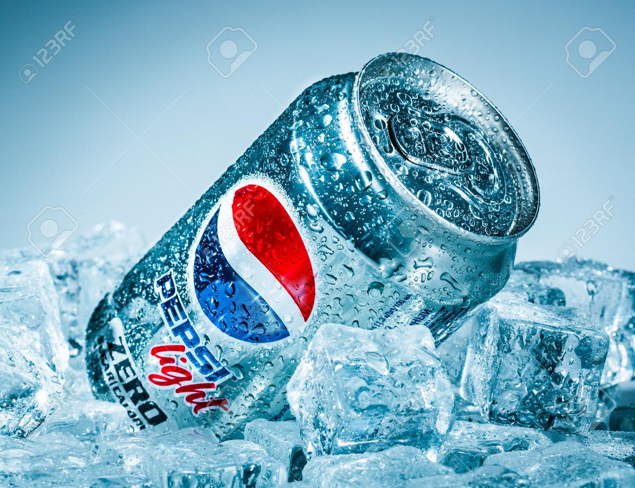 MOSCÚ, RUSIA, 04 de abril 2014: Lata de Pepsi Cola Lignt en hielo  Pepsi es  un refresco carbonatado que se produce y fabricado por PepsiCo  Creado y