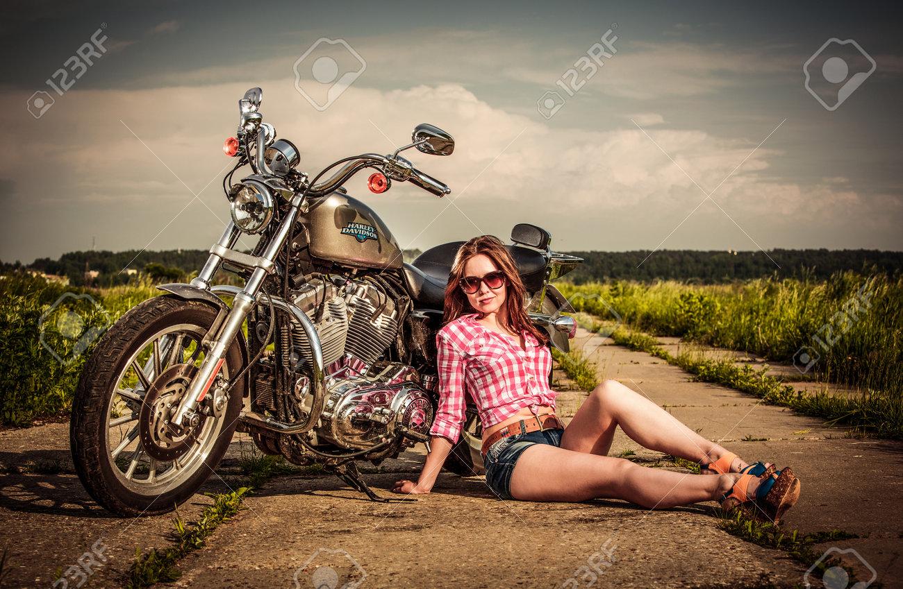 Фото девок возле мотоциклов 1 фотография