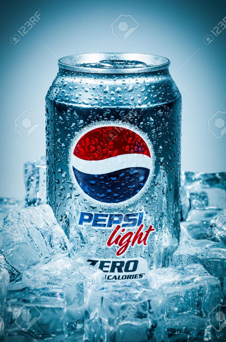 MOSCÚ, RUSIA-04 de abril 2014: Lata de Pepsi Cola en el hielo  Pepsi es una  bebida gaseosa que se produce y fabricado por PepsiCo  Creado y