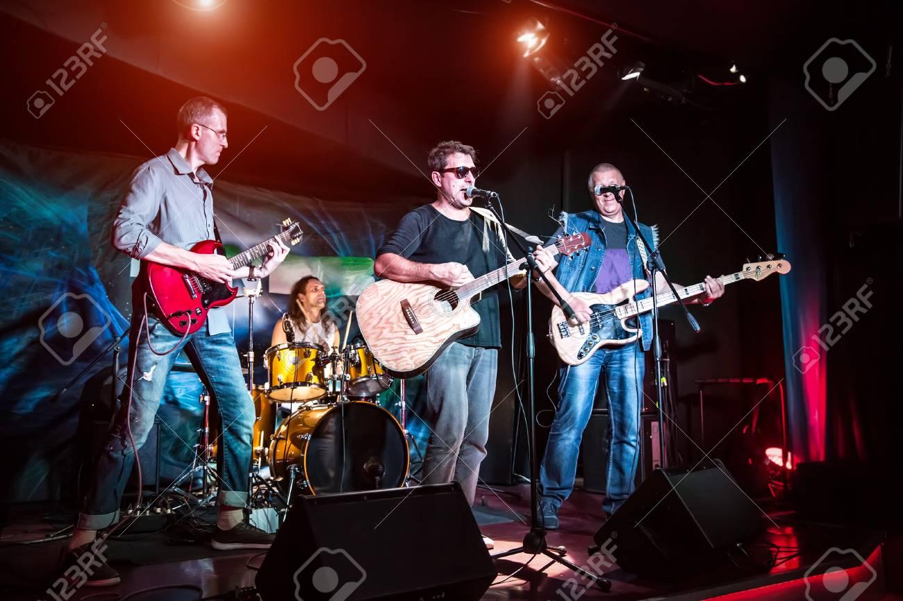 Band si esibisce sul palco concerto di musica rock. attenzione