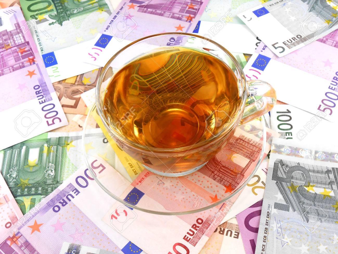 紅茶またはコーヒー カップ上のお金の壁紙 の写真素材 画像素材 Image