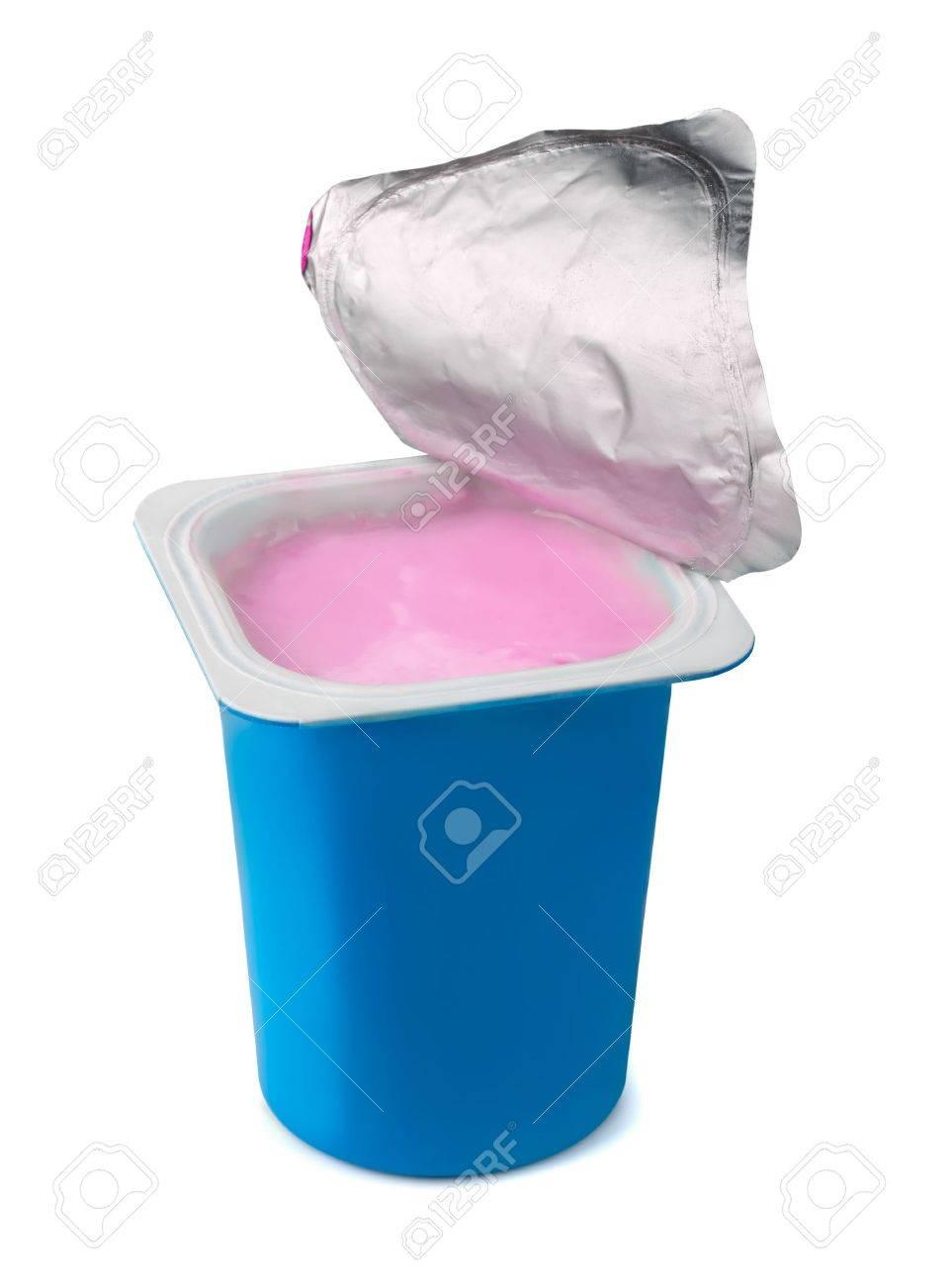 16819008-fruit-yoghurt-in-blauw-plastic-doos-op-wit-wordt-ge%C3%AFsoleerd.jpg