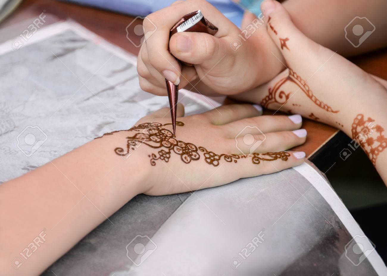 Cierre De La Aplicación De Tatuaje De Henna En La Mano De La Mujer