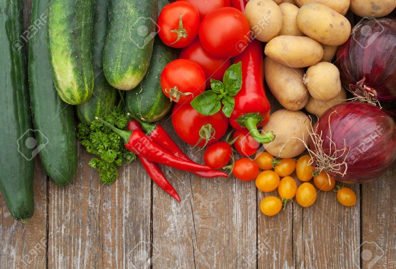 border with vegetables and wooden background Standard-Bild - 16623784