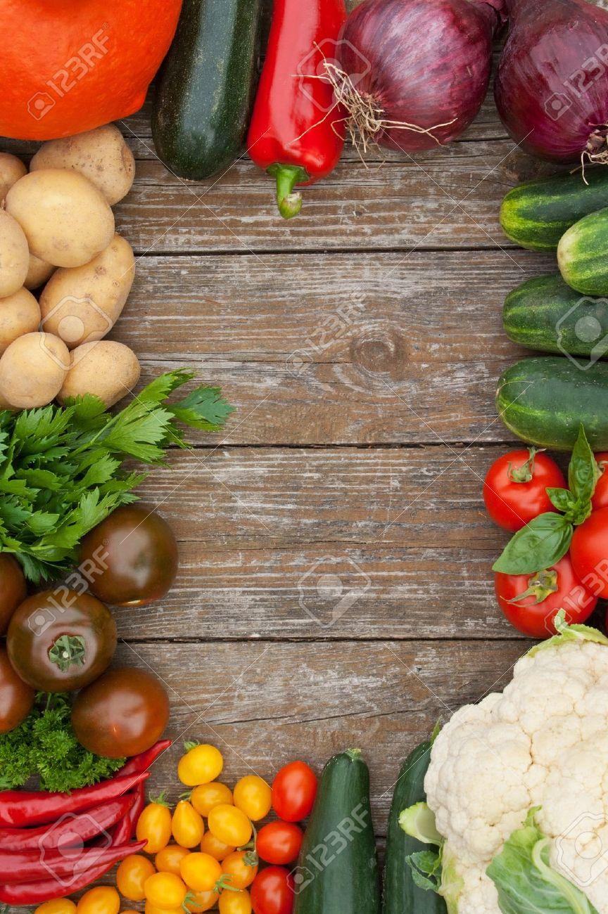 frame with vegetables and wooden background Standard-Bild - 16623787