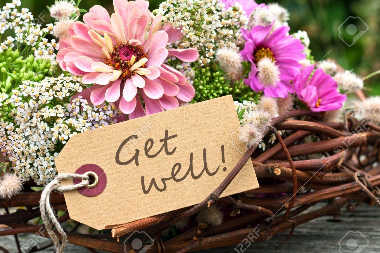 rosa Blumen und Karte mit Schriftzug get well Standard-Bild - 22925551