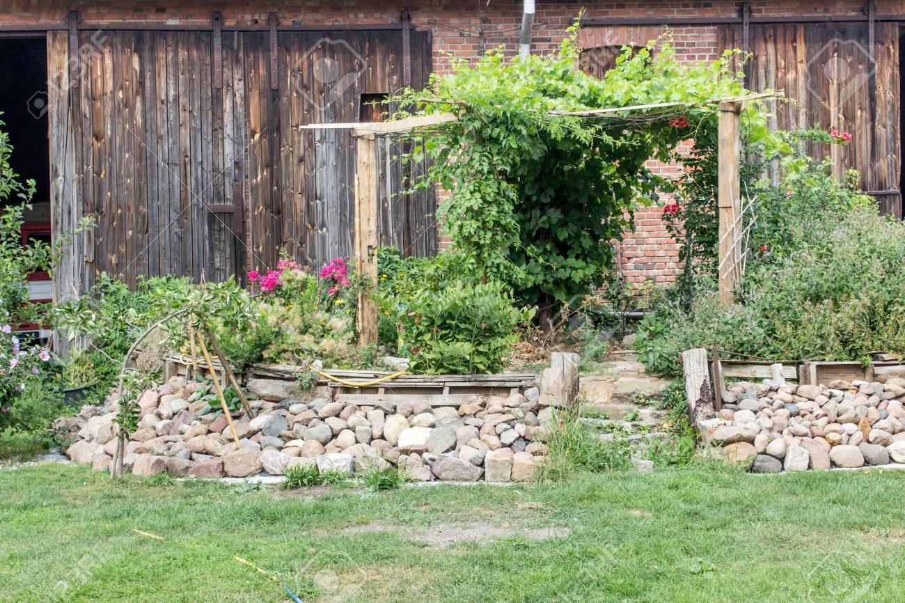 Hochbeet Mit Blumen Und Krautern Auf Einem Bauernhof Lizenzfreie