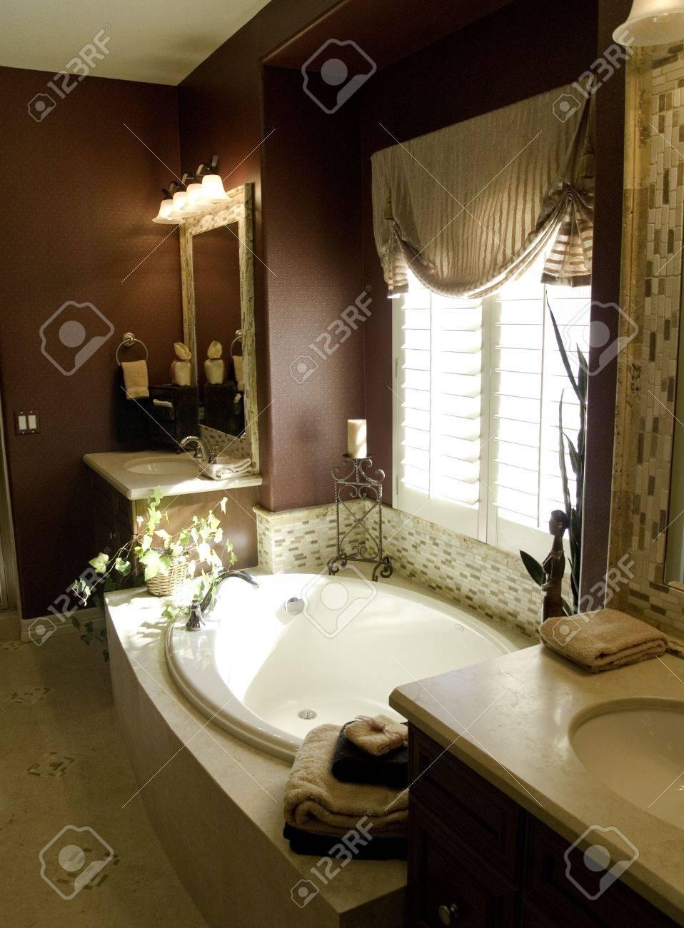 Salle de bains richement conçue de maître de chambre à coucher