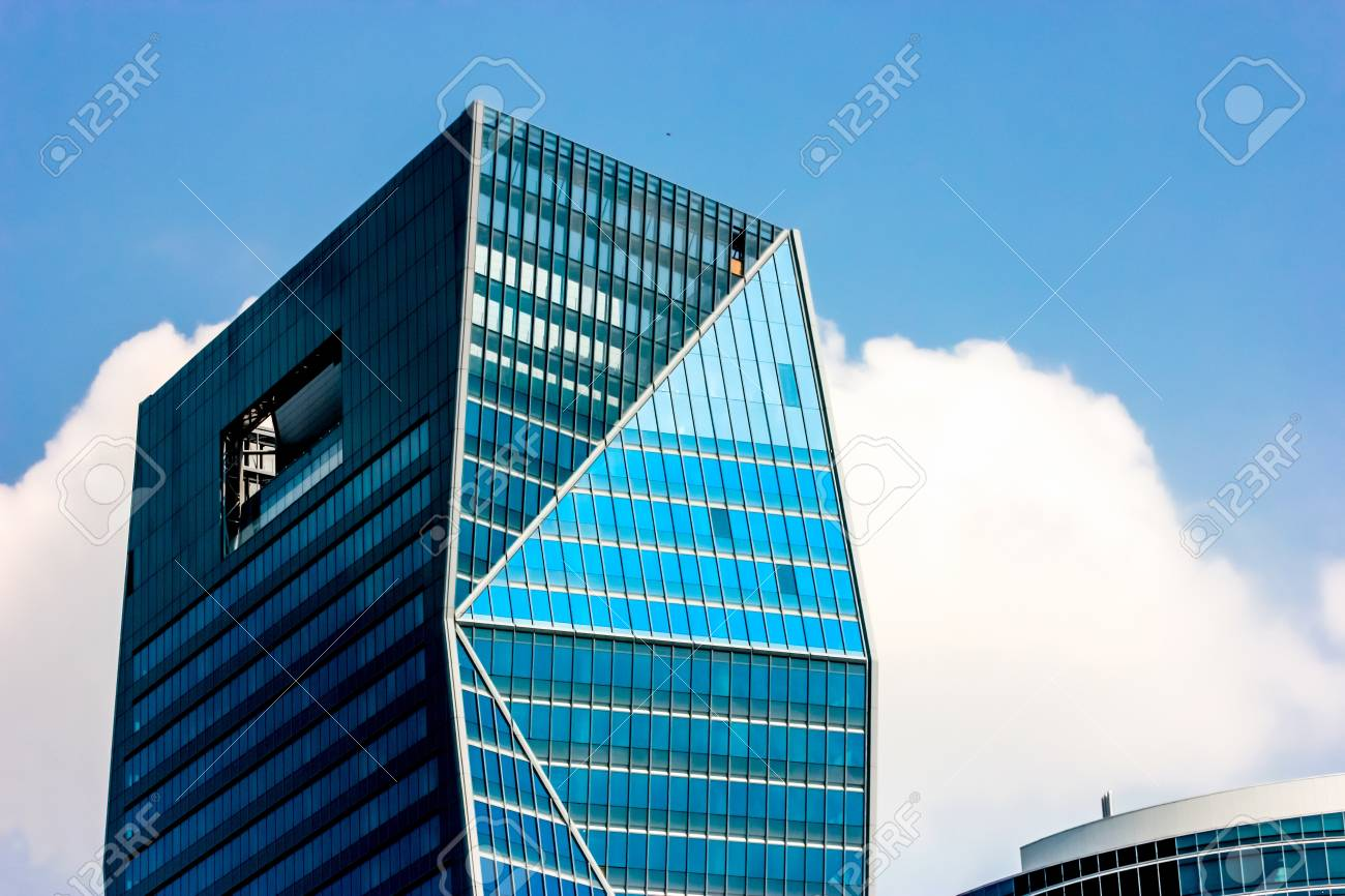 Tour de bureaux moderne dans la ville banque d images et photos