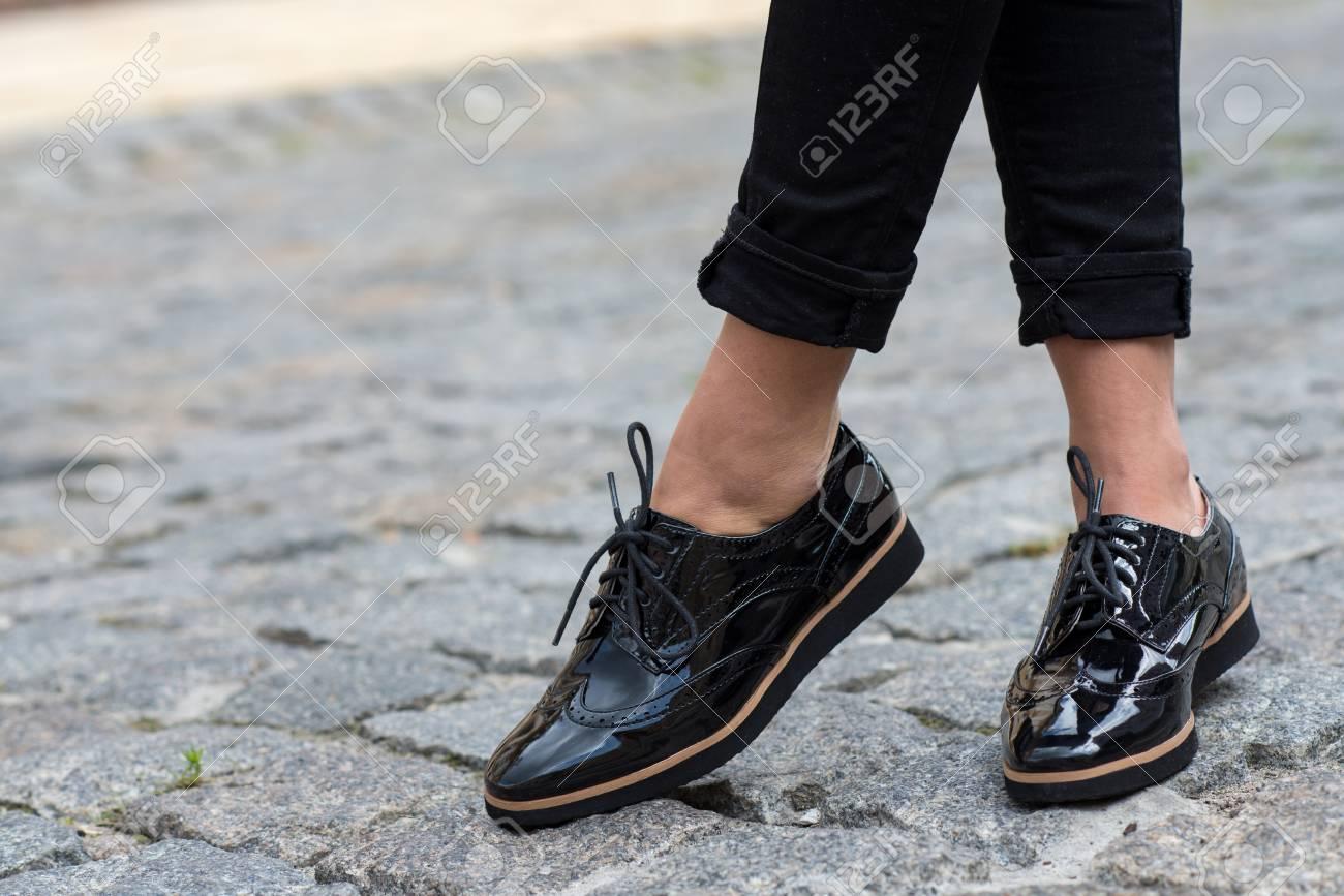 enorme sconto 21dea e9817 Primo piano di scarpe femminili alla moda. Calzature pubblicità.