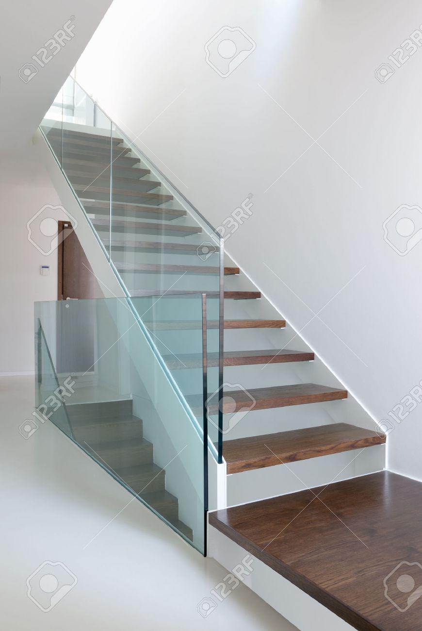 Houten trap met glazen balustrade in het moderne interieur en ...