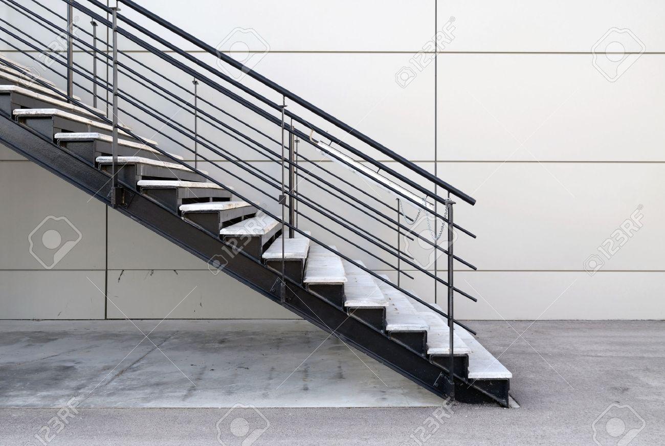 detalle de escalera de hierro en el exterior foto de archivo