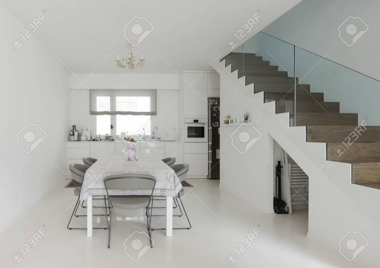 Fußboden Im Eßzimmer ~ Weiße küche und esszimmer mit weißem epoxy boden lizenzfreie fotos