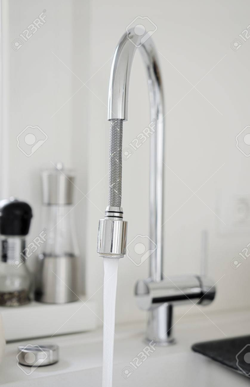 Bild Von Wasser Aus Der Modernen Küche Rohr Läuft Lizenzfreie Fotos ...