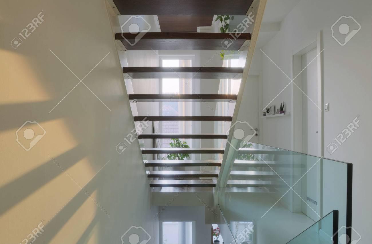 Voir les escaliers creux maison moderne salle de l\'intérieur