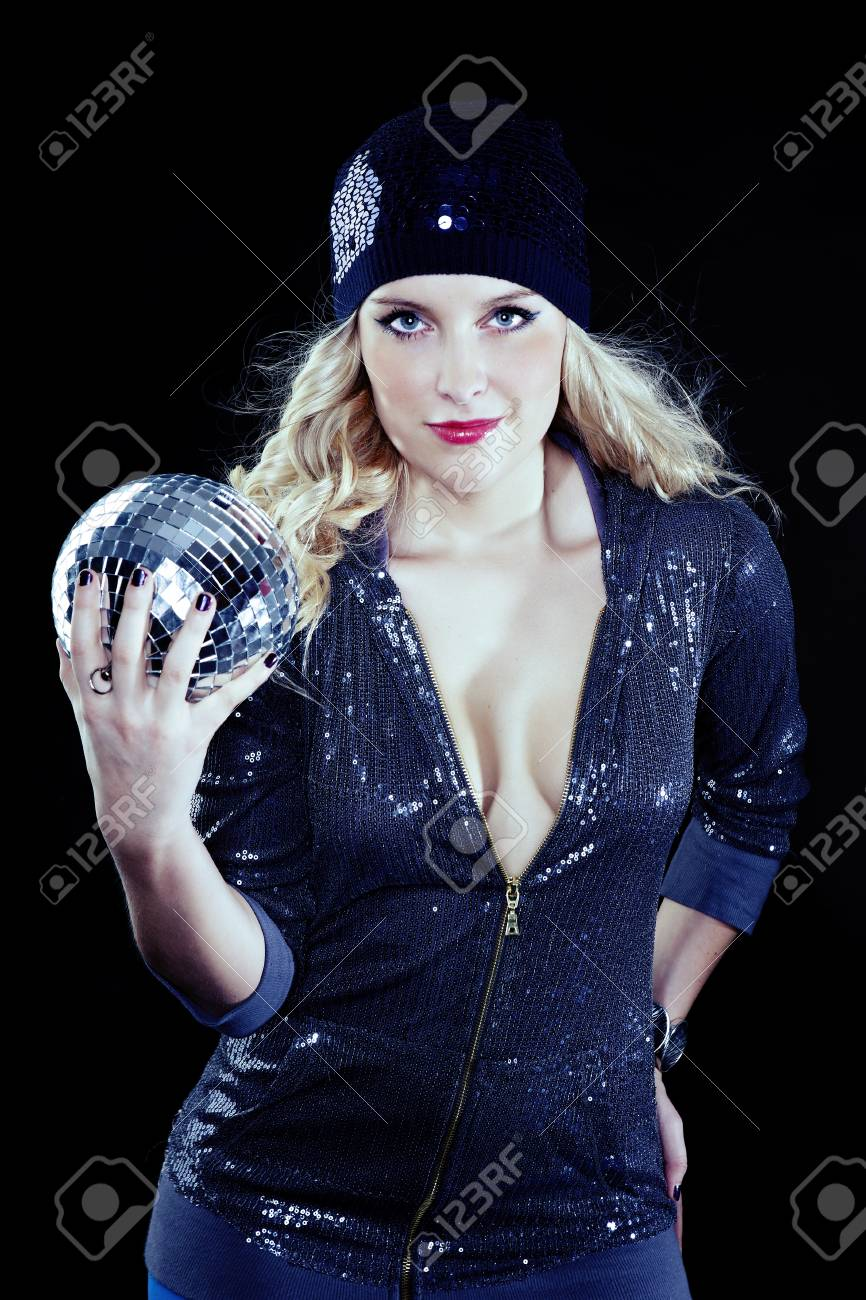 2f4c038363b47 Banque d images - Jeune fille blonde dans le style de la fête beauté posant  avec boule à facettes dans plusieurs robes