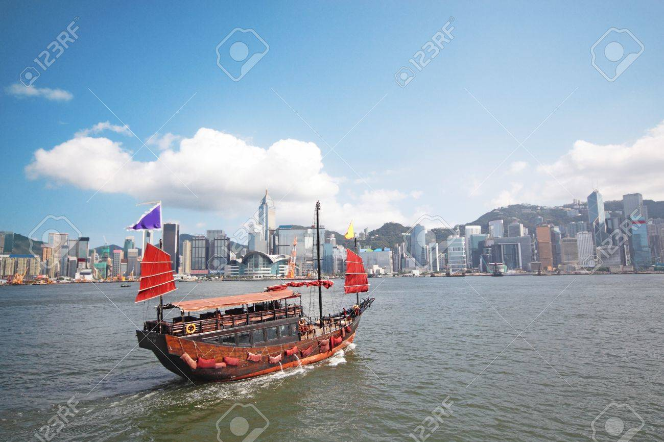 Junk boat with tourists in Hong Kong Victoria Harbour Stock Photo - 10036608