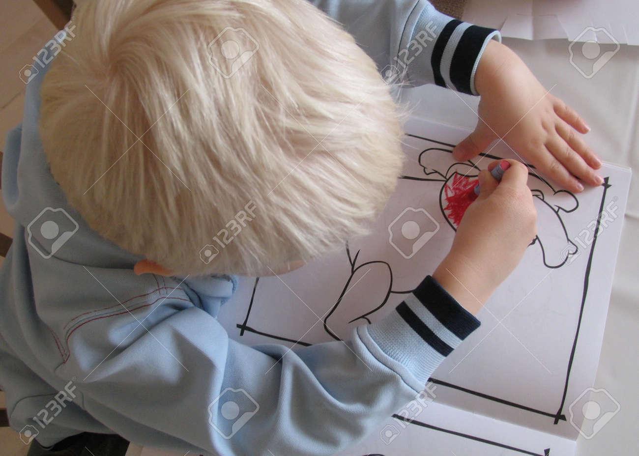 上から見た彼の塗り絵と 3 歳の男の子 の写真素材画像素材 Image 280850