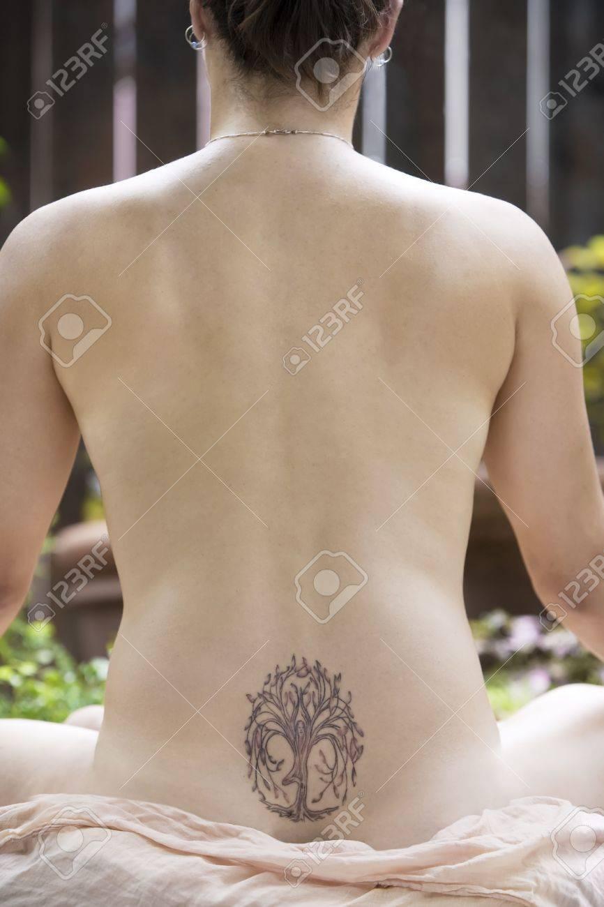 Retour D Une Femme Nue Avec Un Tatouage Yoga Meditation Banque D
