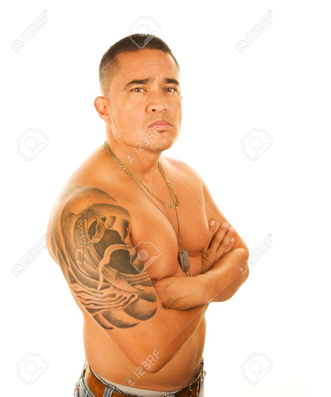 Beau Homme Latino Avec Grand Tatouage Sur L Epaule Banque D Images